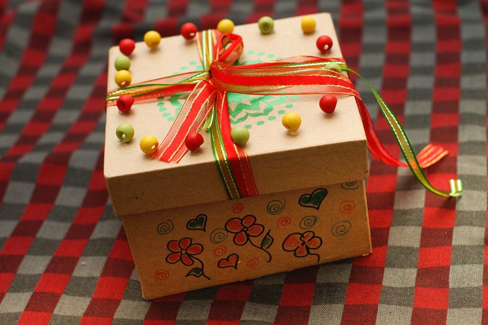 Как интересно украсить коробку для подарка 77